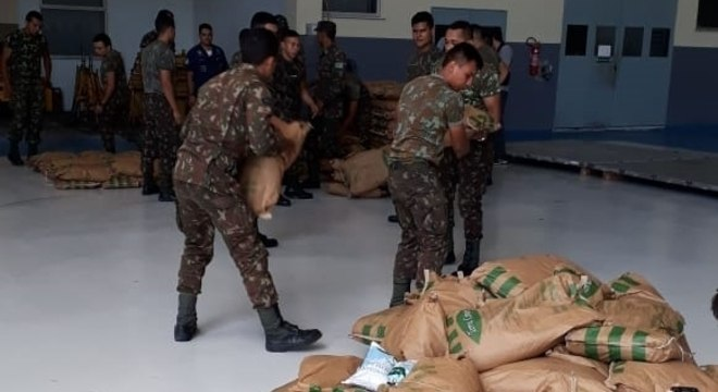 Militares carregam itens que serão enviados à Venezuela