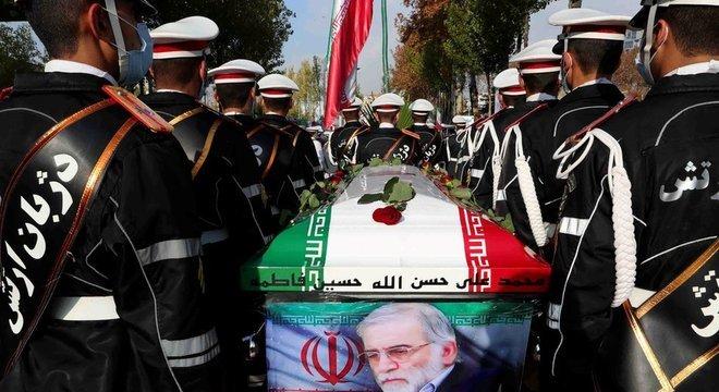 Forte presença de militares em funeral de Fakhrizadeh mostra que ele tinha lugar de destaque na Defesa do país