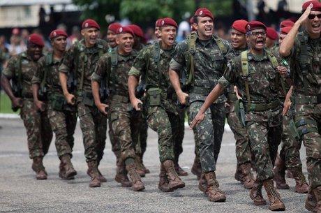 Oficialmente militares não se aposentam, eles passam para reserva