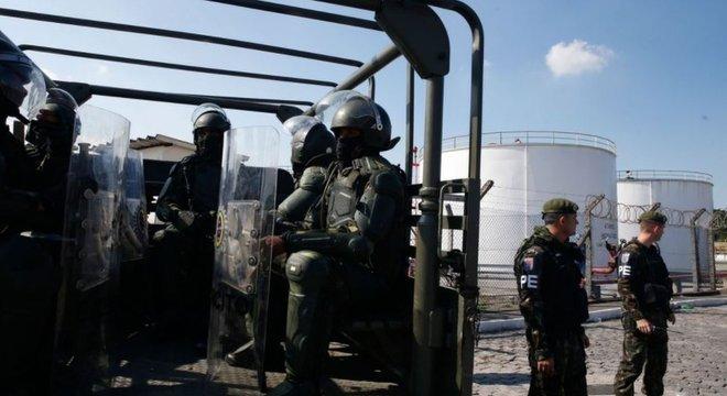 Militares em frente a instalações da Petrobras no Rio