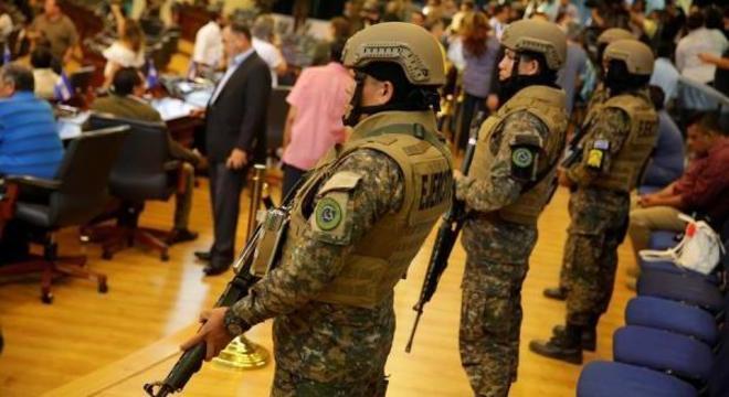 Militares se posicionam dentro da Assembleia Legislativa de El Salvador