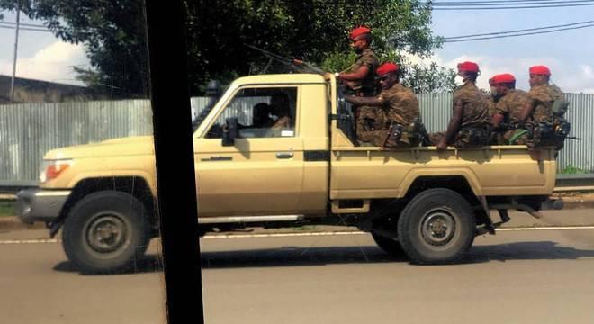 Forças militares patrulham as ruas de Adis Abeba após protestos pela morte do cantor
