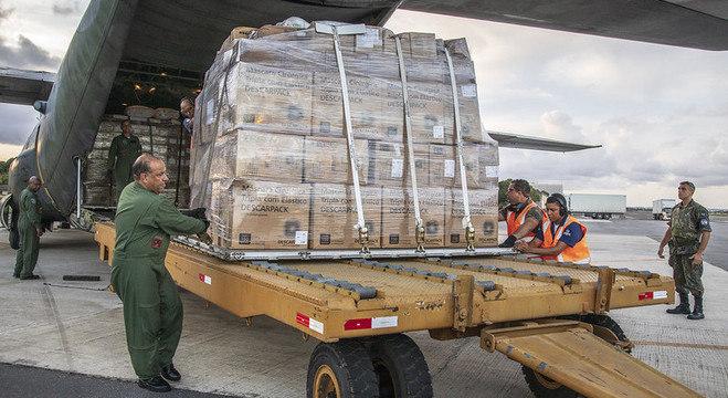 Militares transportam respiradores consertados em Operação Covid-19