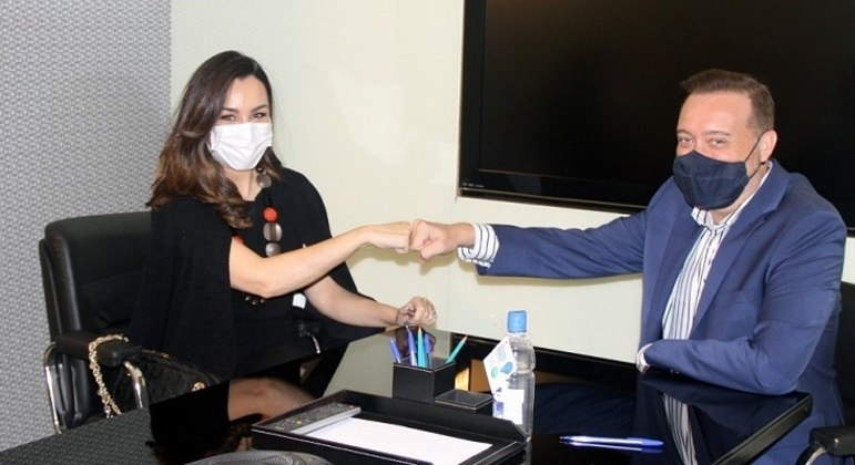 Millena Machado no ato de assinatura de seu contrato, ao lado do superintendente de Esportes e Jornalismo da Rede TV!, Franz Vacek