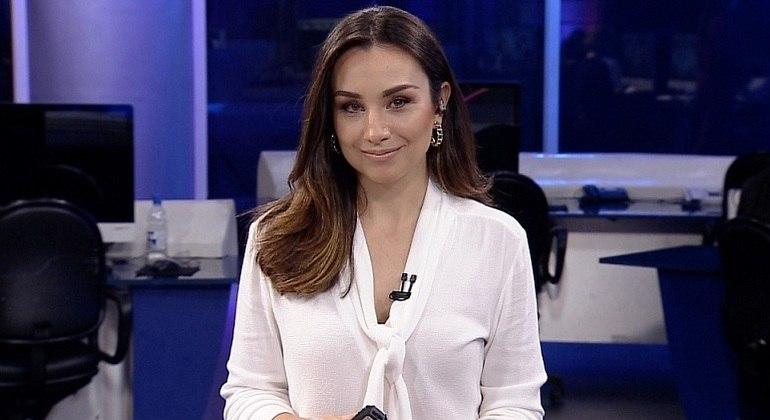 """Nova apresentadora do """"Rede TV News"""", Millena Machado divide a bancada com Augusto Xavier"""