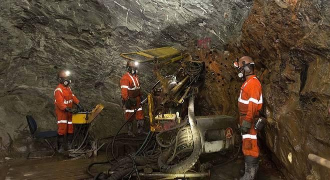 Trabalhadores em atividade de extração em mina de ouro em  Minas Gerais