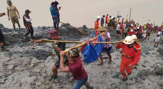 Equipes de resgate retiram corpo de vítima soterrada em mina de jade em Mianmar