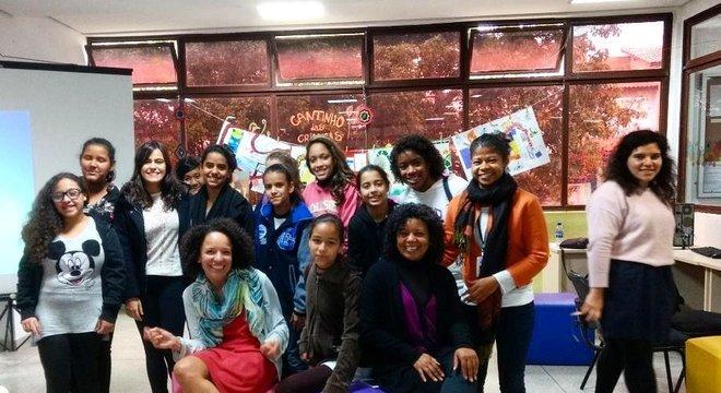 Ariane Cor com as alunas de uma oficina do Minas Programam no Capão Redondo