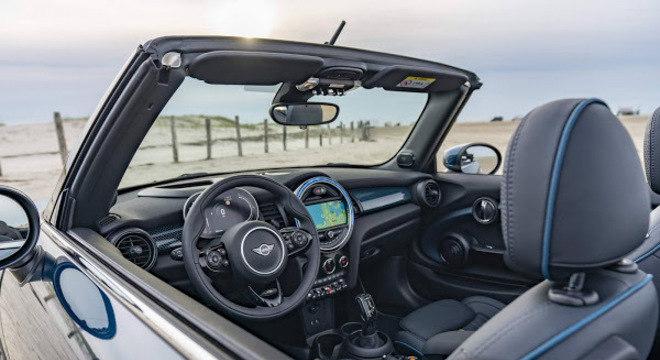 A capota é um dos pontos principais do carro, já que ela foi desenhada exclusivamente para o MINI Cooper S Cabrio Sidewalk