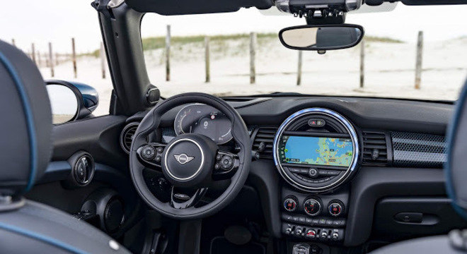 No quesito conectividade o MINI também apresenta novidades, porém o esportivo ainda conta apenas com Apple CarPlay