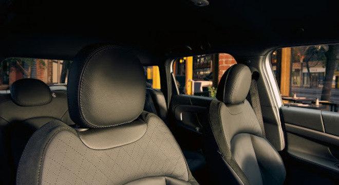 Interior na cor preta com bons bancos em couro: há outras opções de cores na linha