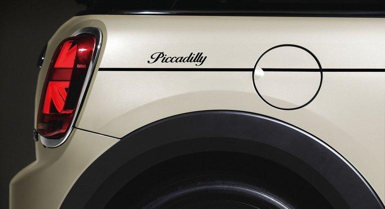 Nome da versão está escrita na parte traseira do veículo