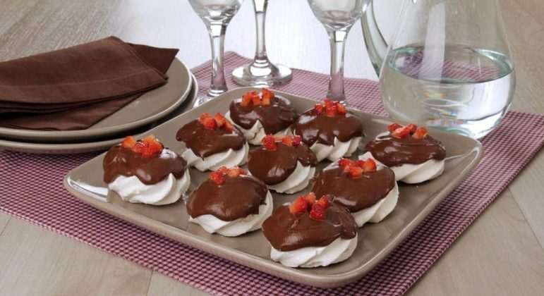 Mini pavlova de morango com chocolate