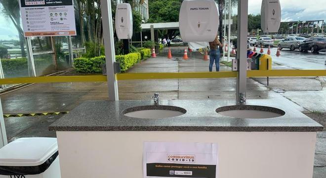 Ministério da Saúde instala pias e torneiras na entrada do prédio