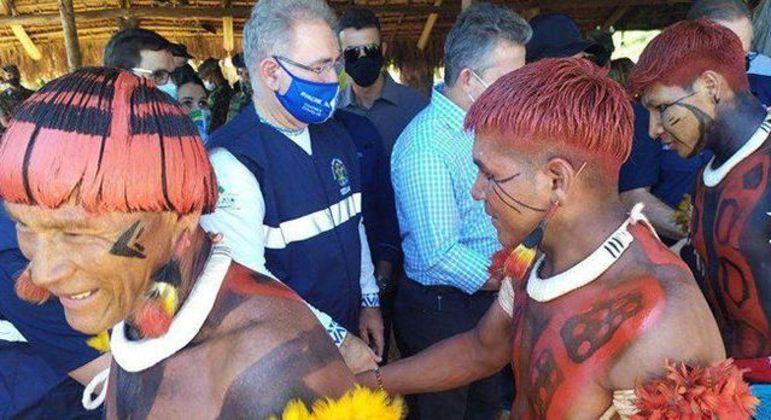 O ministro Marcelo Queiroga entre os indígenas: previsão é realizar mais de 2,3 mil atendimentos