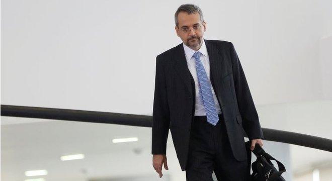 O ministro da Educação, Abraham Weintraub, aceitar o bloqueio de bolsas 'sem o mínimo de resistência é estranho', diz ex-presidente da Capes