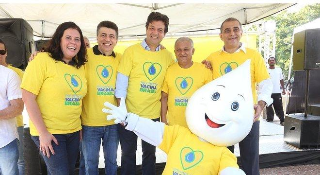 Dia de vacinação no Rio de Janeiro, em 2019, com participação do ex-ministro Luiz Henrique Mandetta (centro da foto) e do Zé Gotinha