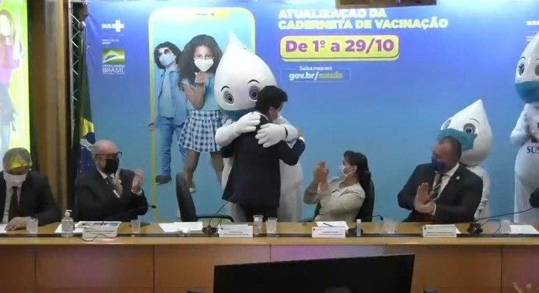 Ministro interino falou dos filhos e ficou emocionado. Foi consolado pelo Zé Gotinha