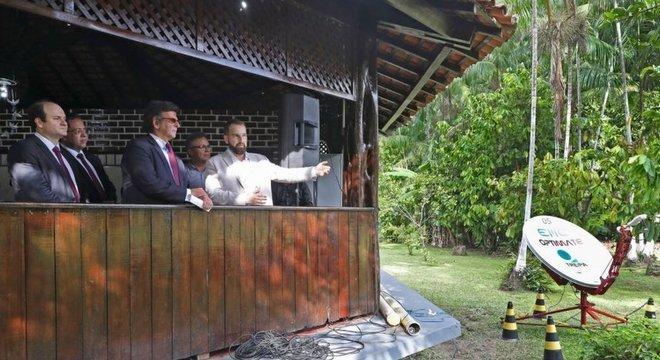 Luiz Fux (de óculos) em estrutura do TRE para transmitir votos em ilha no Amazonas