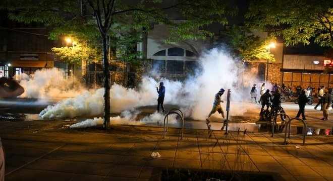 Polícia americana utilizou gás lacrimogêneo para tentar dispersar a multidão de manifestantes