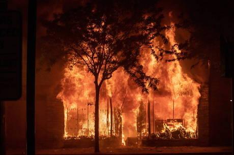 Manifestantes incendiaram e saquearam lojas