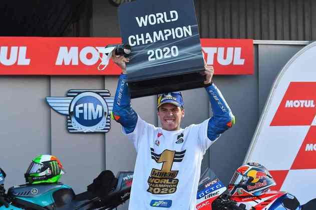 Mir ergue orgulhoso a placa de campeão mundial