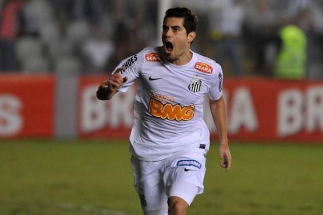 Miralles - Após passar por diversos times medianos da Argentina, o seu melhor momento foi entre 2009 e 2011, pelo Colo-Colo (CHI), onde chegou a marcar contra o Santos, na fase de grupos da Libertadores de 2011, no qual o Peixe foi campeão. O Alvinegro Praiano tentou contratá-lo, após a competição, mas ele transferiu-se ao Grêmio, onde não repetiu boas atuações. O Santos apostou nele no ano seguinte, onde ele ficou entre 2012 e 2013, fez 33 jogos e 11 gols. Aposentou-se em 2016, aos 32 anos.