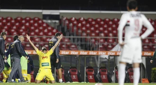 Zé Roberto comemora gol do Mirassol, que surpreendeu o São Paulo