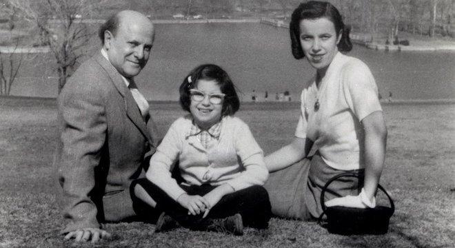 Miriam com os pais David Friedman e Hildegard, que também era sobrevivente do Holocausto: infância foi feliz e com poucas menções ao horror vivido na guerra
