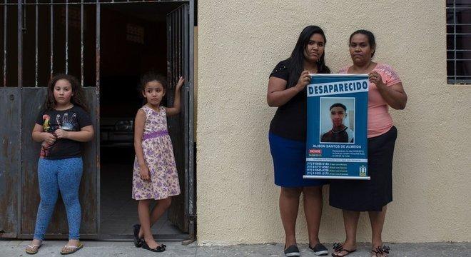 Mirian dos Santos Almeida busca pelo filho Alison, desaparecido em 2013 Brasil não sabe quantas pessoas estão desaparecidas