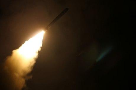 Síria foi atingida por mísseis no sábado (14)