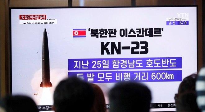 Sul-coreanos assistem notícia sobre lançamento de míssil pela Coreia do Norte