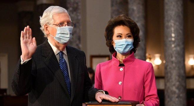 Secretária de Transportes, Elaine Chao, mulher do líder do Senado Mitch McConnell, foi primeiro membro do gabinete a renunciar
