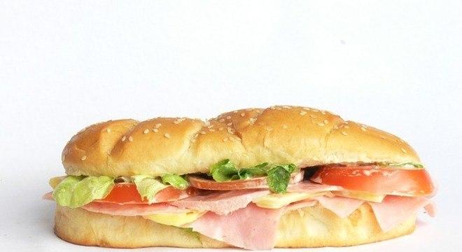 Sanduíches feitos com pães à base de farinha branca não são recomendados