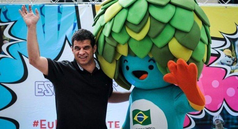 Mizael Conrado, com um dos mascotes do Rio/2016