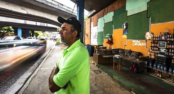 """Moab e seu """"cantinho da solidariedade"""" em ponte sob a Dutra em Guaruhos (SP)"""