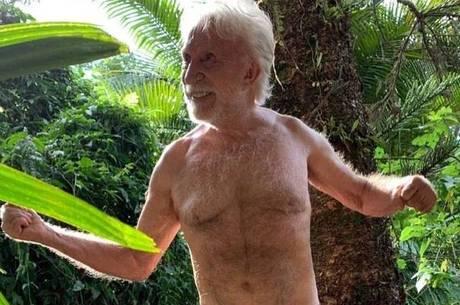 Moacyr Franco brinca com foto de sunga na web