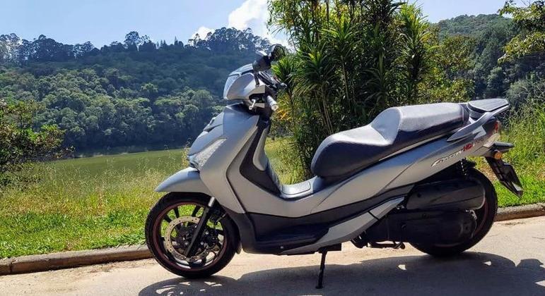 Um scooter de 300 cilindradas que oferece excelente acabamento e conforto. Note para o detalhe da pedaleira garupa