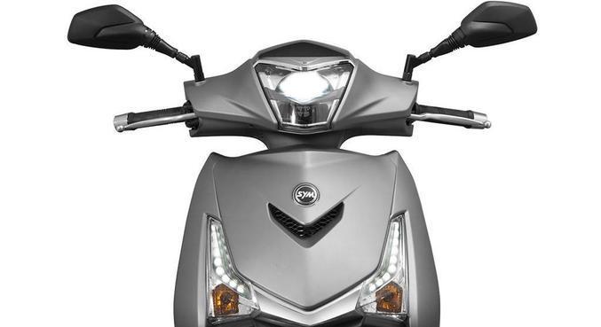 Desenho é bem italiano, conjunto ótico faz com que o motociclista seja visto de dia ou noite. Na pilotagem noturna oferece excelente iluminação. Para-brisa não faz falta