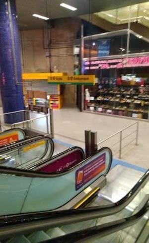 Comércio fechado na estação do metrô vazia só até a plataforma: dois pesos e duas medidas