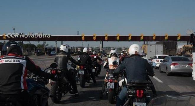Mesmo em fila no pedágio, há distanciamento social para quem utiliza motocicleta