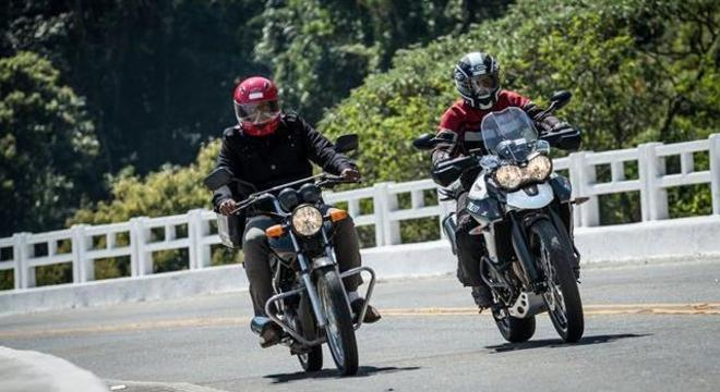 Motocicleta cumpre distanciamento social mesmo quando um veículo cruza com outro em rodovia