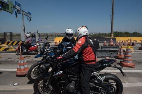 Mesmo pedindo informação há distanciamento social e proteção do capacete