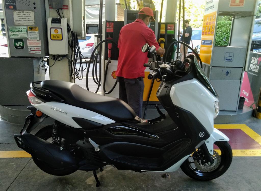 Em tempos de gasolina custando olho da cara, nada melhor que um scooter que consome pouco combustível. Média ficou nos entre 38 e 44 km/l. O pior consumo nas minhas mãos e o melhor consumo nas mãos da minha esposa