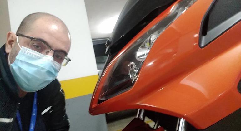 Kymco Downtown 300i ABS na garagem de meu lar e para lembrar: use máscara se precisar sair de casa