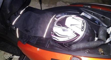É possível guardar um capacete e equipamentos, mas jaqueta com proteção tem que ser dobrada. Espaço tem iluminação cortesia