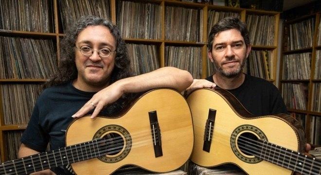 Dupla de violeiros toca rock'n'roll em versão caipira