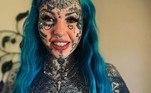Apesar de dizer que sua autoestima melhorou após ter se coberto de tatuagens, ela usou base para cobrir a tinta e relembrar como era antes