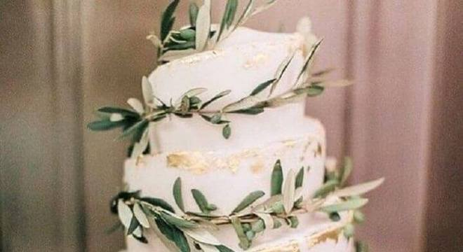 modelo de bolo de casamento decorado com folhas