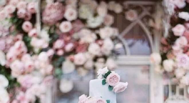 modelo de bolo de casamento moderno decorado com flores